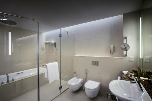 حمام في فندق باب القصر
