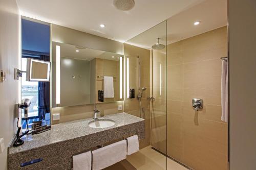 A bathroom at Steigenberger Airport Hotel Berlin