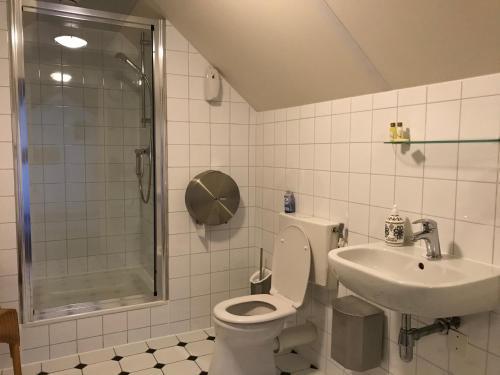A bathroom at Hotel/Pension Diepe