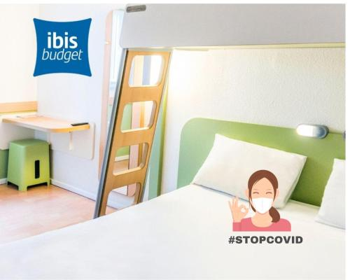 A bed or beds in a room at ibis budget Bordeaux Lac