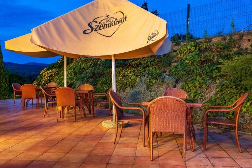 A restaurant or other place to eat at Hotel Bellevue Esztergom