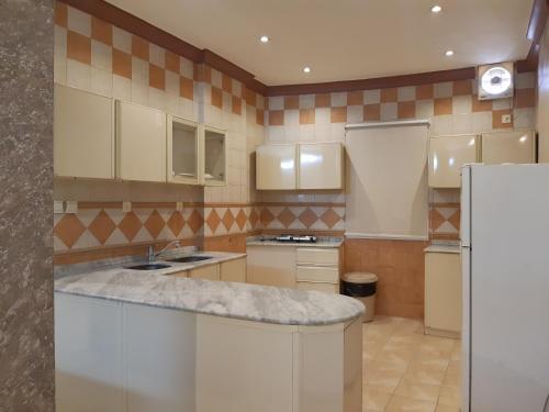A cozinha ou cozinha compacta de دار البندقية للوحدات السكنية
