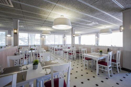 A restaurant or other place to eat at Camping Vendrell Platja