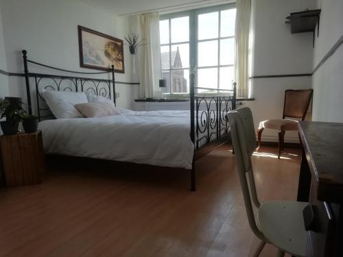 A bed or beds in a room at B&B de Hoop