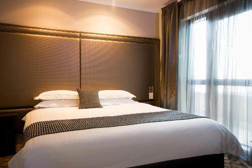 A bed or beds in a room at Stamford Plaza Melbourne