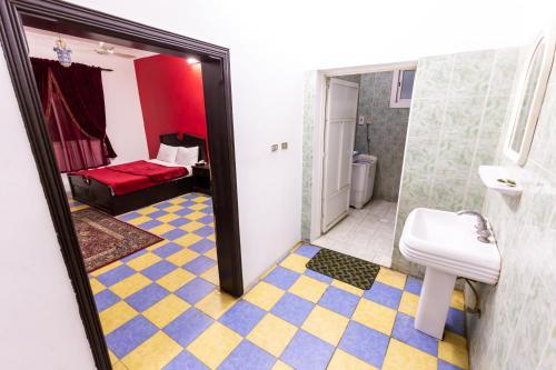 Um banheiro em Al Eairy Furnished Apartments - Al Bahah 3