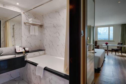 A bathroom at Windsor Plaza Hotel