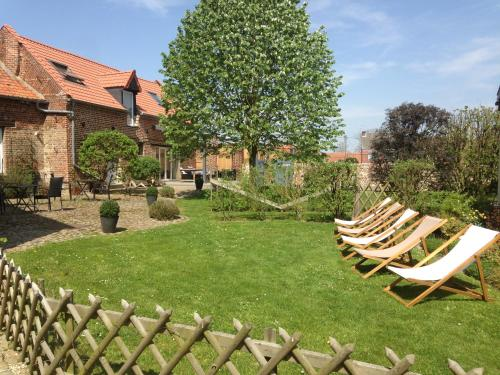 A garden outside Bed&B La Ferme De L'ostrevent
