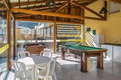A billiards table at Bombinhas Praia Apart Hotel - unidade rua Bem Te Vi