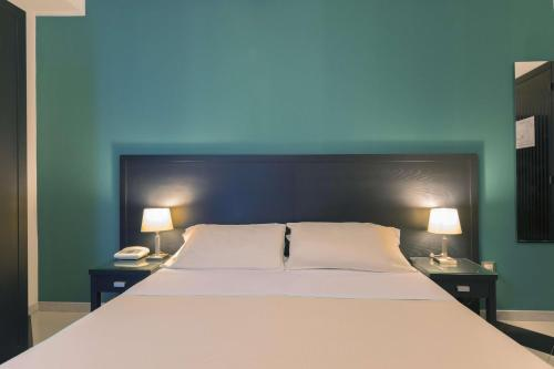 A bed or beds in a room at Best Western Executive Business Hotel