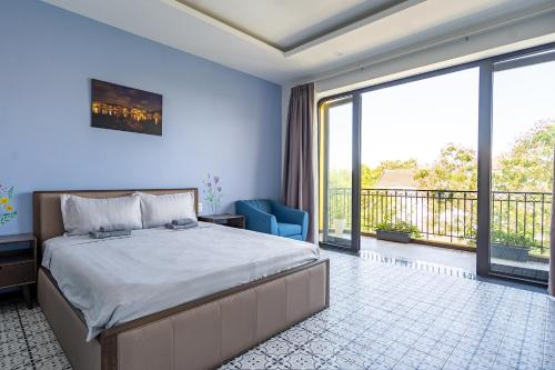 A bed or beds in a room at Lami Villa Hoian 2