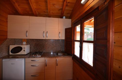 Una cocina o zona de cocina en Camping Villaviciosa