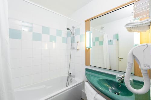 A bathroom at ibis La Bresse Gérardmer
