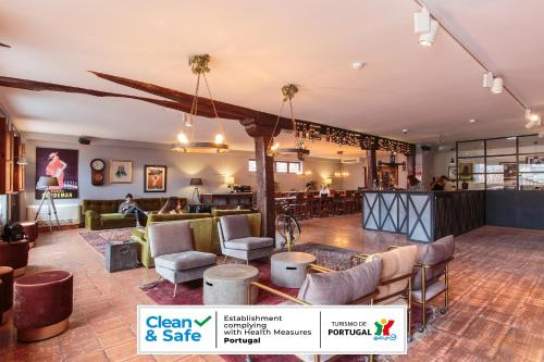 El salón o zona de bar de The House of Sandeman - Hostel & Suites