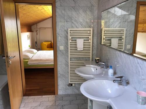 A bathroom at B&B Maetteli
