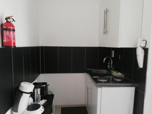 A kitchen or kitchenette at Villaci Business Apartments