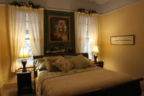 A bed or beds in a room at The Lattice Inn