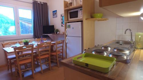 Cuisine ou kitchenette dans l'établissement VVF Villages « Les Monts du Jura » Lélex