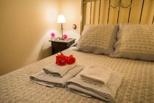 A bed or beds in a room at Hotel La Casa del Canónigo