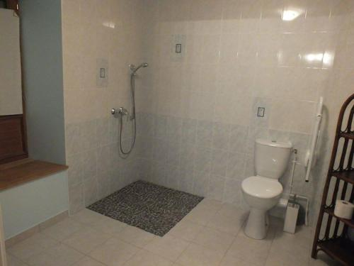 A bathroom at Domaine de la Rue