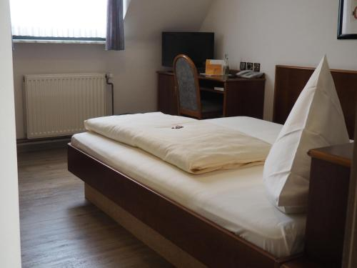 A bed or beds in a room at Hotel Bienefeld