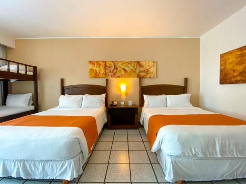 Cama o camas de una habitación en Flamingo Cancun Resort