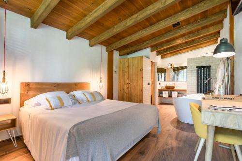 Llit o llits en una habitació de Hotel Mas la Ferreria
