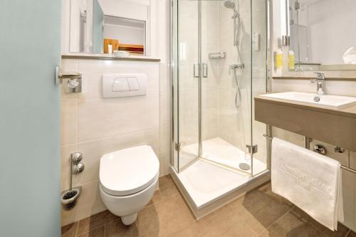 A bathroom at Ringhotel Zweibruecker Hof