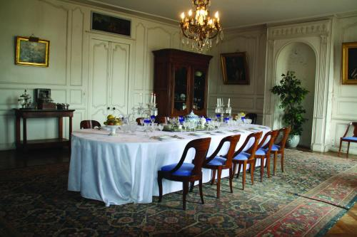 A restaurant or other place to eat at Château de Panloy