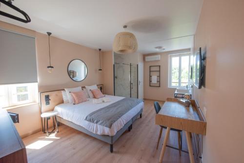 Un ou plusieurs lits dans un hébergement de l'établissement Hotel Restaurant La Villa Arena