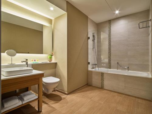 A bathroom at Hyatt Place Amsterdam Airport