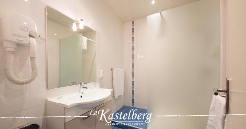 A bathroom at Hôtel Restaurant Kastelberg