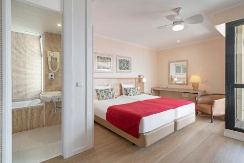 Een bed of bedden in een kamer bij Dorisol Buganvilia Studio Hotel