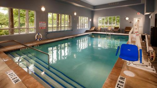 The swimming pool at or close to Best Western Plus Miami Airport North Hotel & Suites