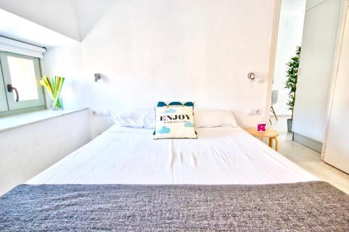 Säng eller sängar i ett rum på MalagaUrbanRooms - Central Suites