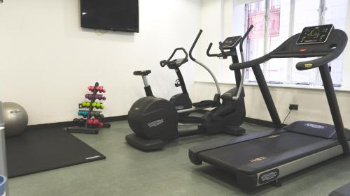 The fitness centre and/or fitness facilities at Park Inn by Radisson Glasgow City Centre