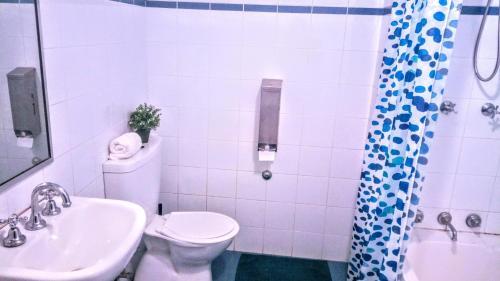A bathroom at Asylum Sydney Backpackers Hostel