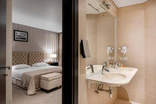 A bathroom at Amberton Cathedral Square Hotel Vilnius