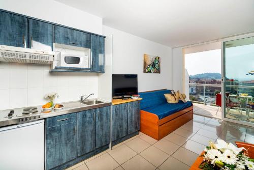 A kitchen or kitchenette at Aparthotel Costa Encantada