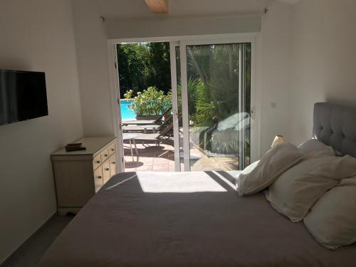 A bed or beds in a room at Le Mas de la Dame