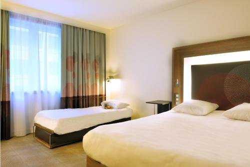 A bed or beds in a room at Novotel Brussels City Centre