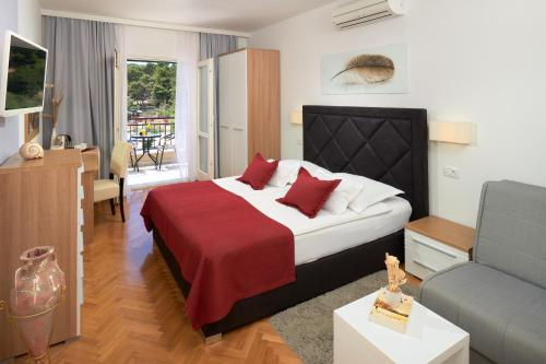 A bed or beds in a room at Hotel Fortuna