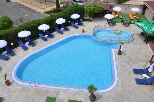 Изглед към басейн в Hotel BelleVille или наблизо