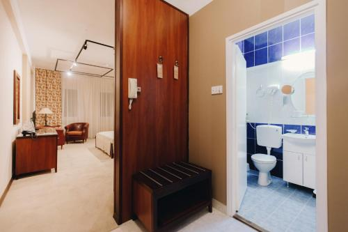 A bathroom at The Regent Club Hotel