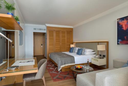 מיטה או מיטות בחדר ב-ישרוטל רויאל ביץ אילת