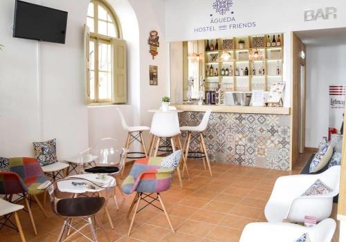 El salón o zona de bar de Águeda Hostel & Friends