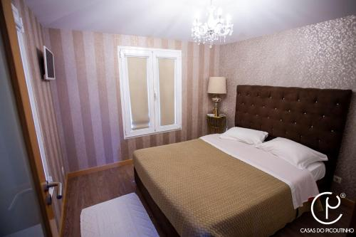 A bed or beds in a room at Casas do Picoutinho