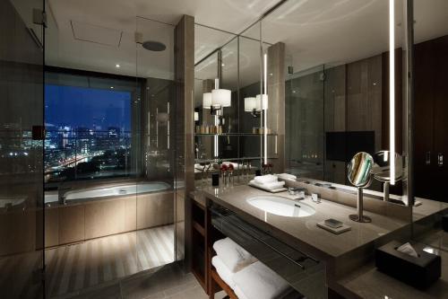 A bathroom at Palace Hotel Tokyo