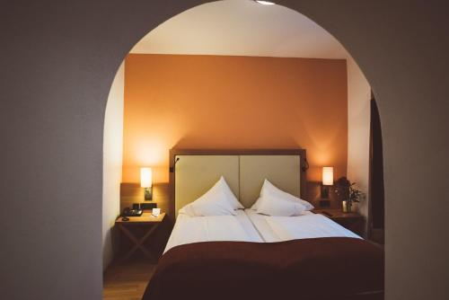 A bed or beds in a room at Heritage Hotel Hallstatt