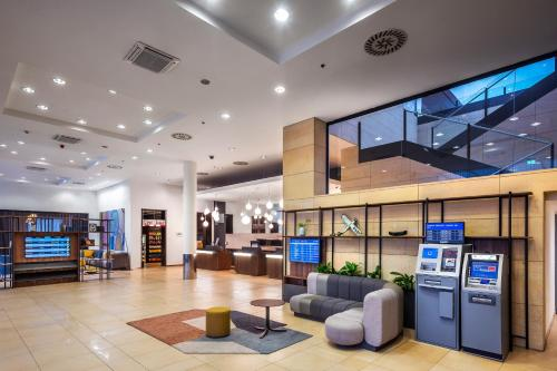 The lobby or reception area at Courtyard by Marriott Prague Airport